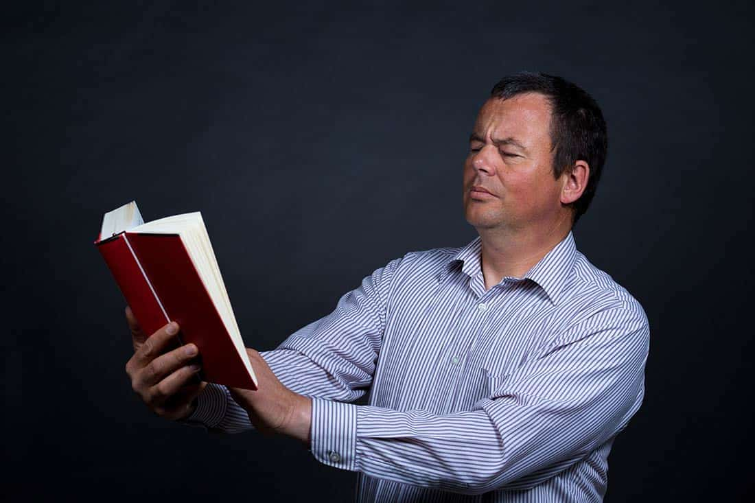 pan czyta książkę